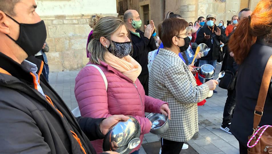 Restauradors picant cassoles en la protesta que els empresaris d'hostaleria han fet davant la seu del Govern a Tortosa.