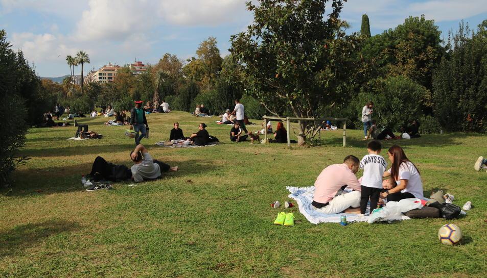 Diversos grups de persones fent pícnics al parc de la Ciutadella de Barcelona