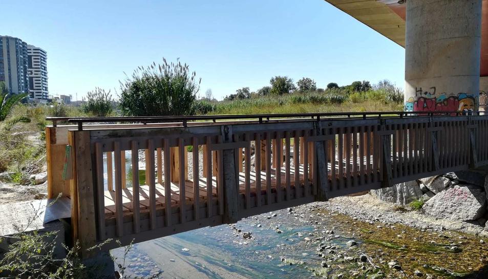 L'estructura del pontet ha estat modificada perquè l'aigua pugui passar entre els barrots.