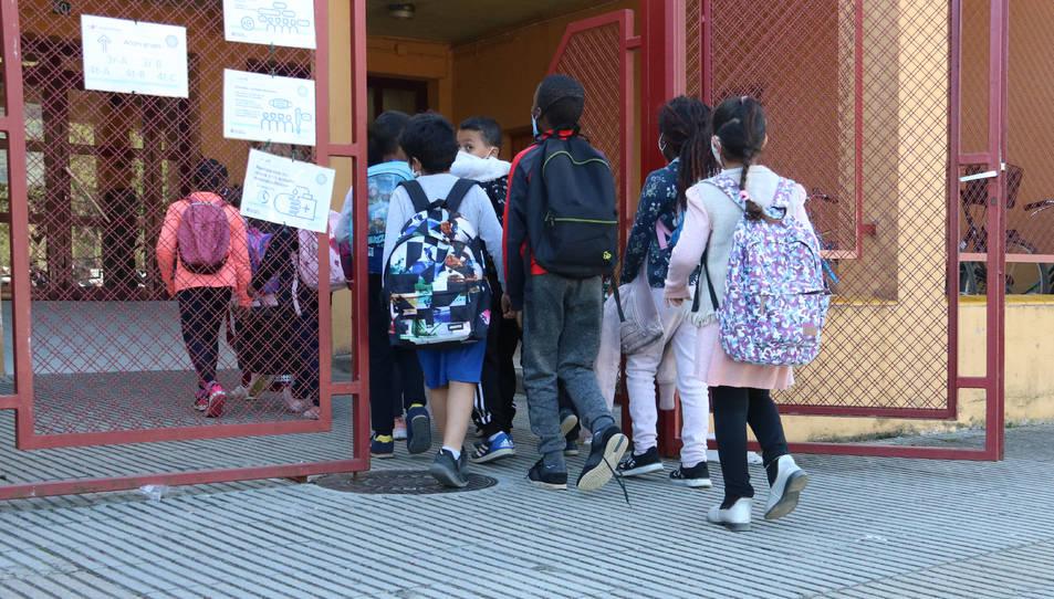 Imatge d'uns alumnes entrant a l'escola.