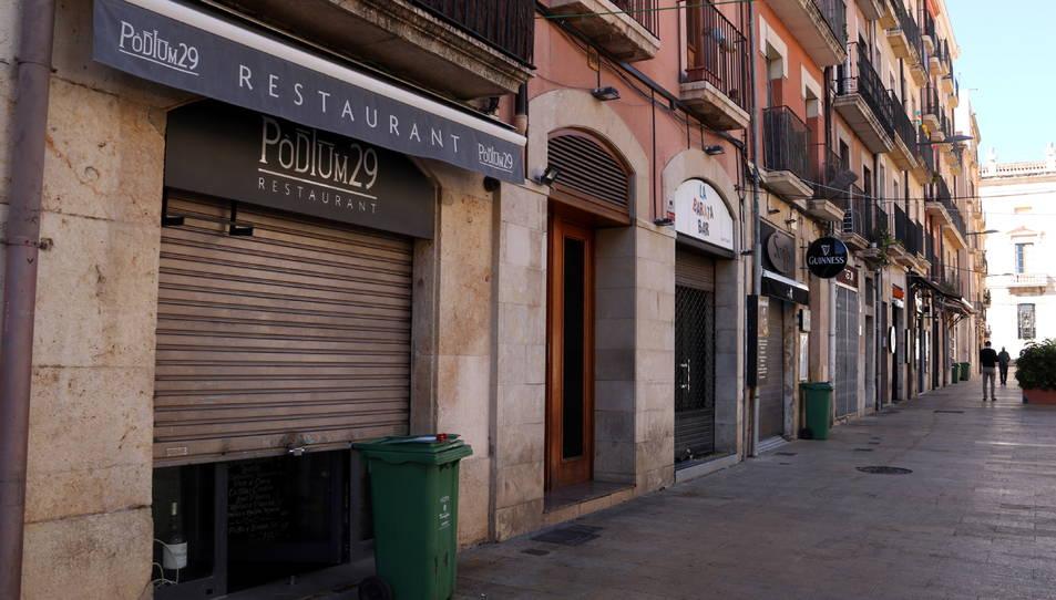 Es restaurants tancats de la plaça de la Font en el primer dia de restriccions.