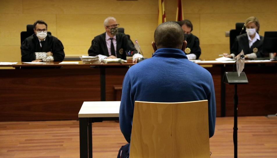 D'esquenes, l'acusat de violar i apunyalar l'exparella a Figueres.
