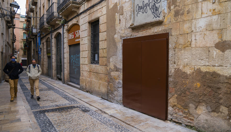 La porta que ha col·locat la Diputació per impeddir que ningú accedeixi a la casa.
