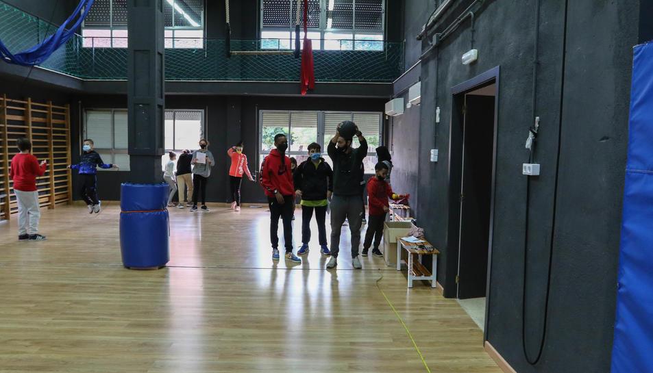 Estudiants feien ahir Educació Física a la sala d'assajos de l'antic centre de les arts gestuals.