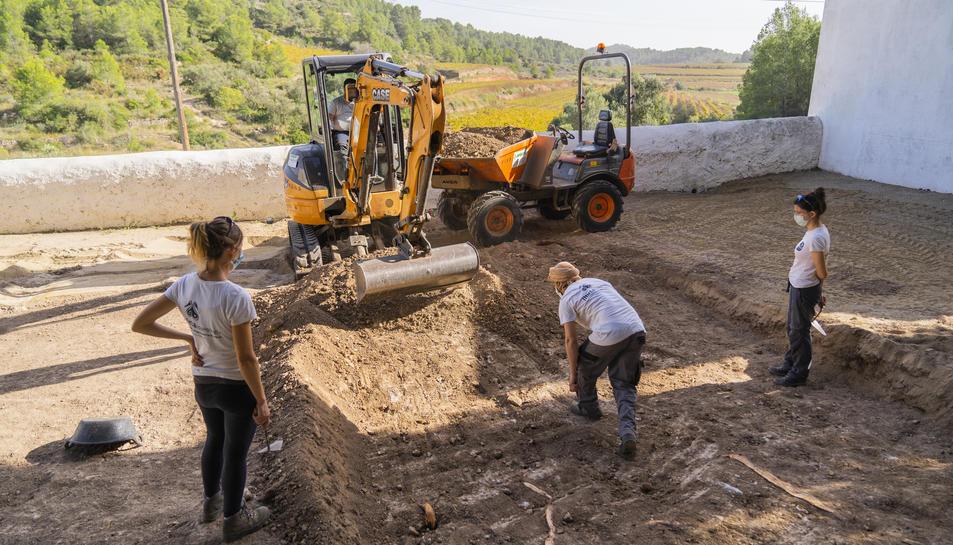 Les màquines entrant al terreny per obrir la fossa al recinte funerari de Salomó.