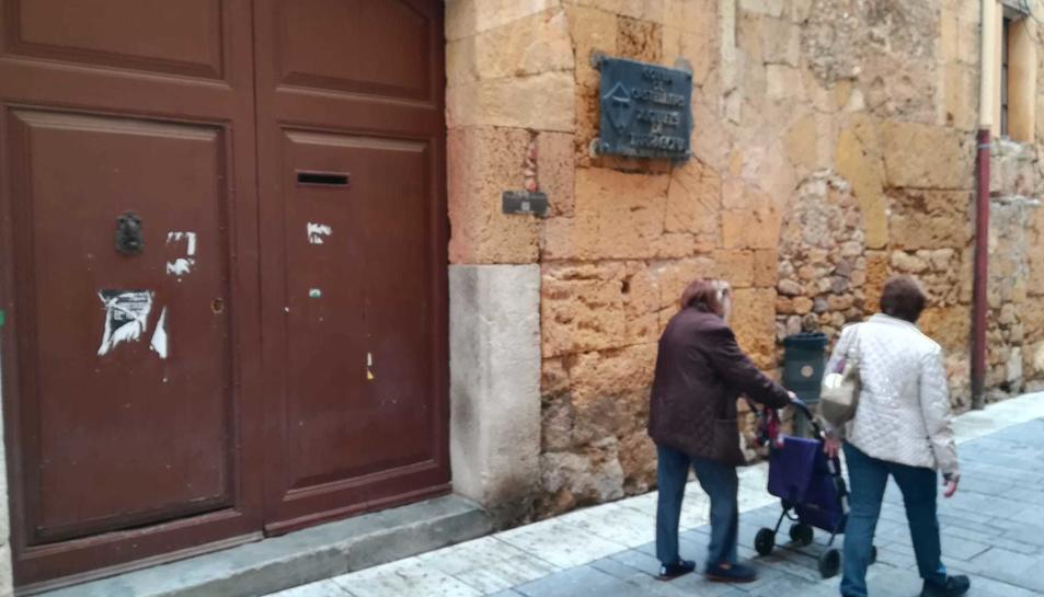 La seu històrica de la colla, al carrer Santa Anna, està tancada pel mal estat de l'immoble.