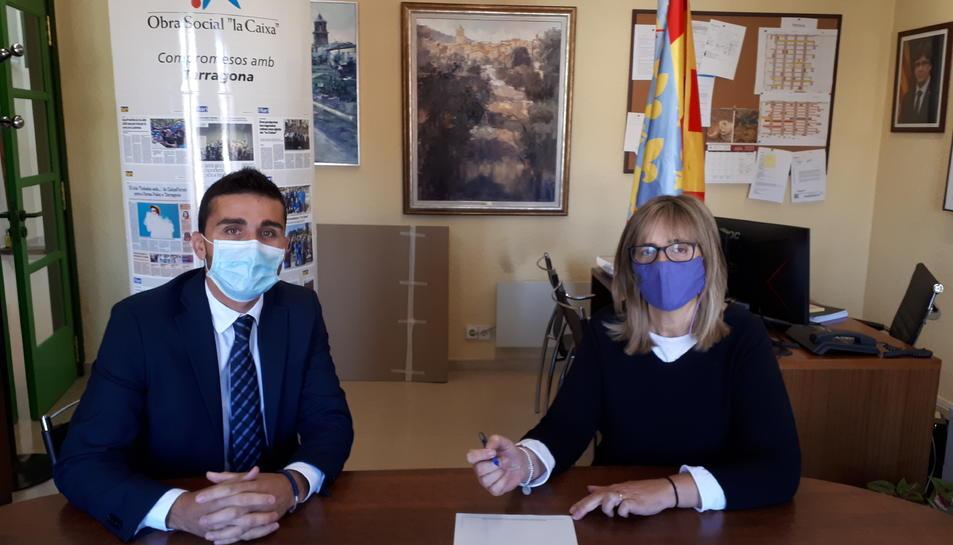 Jordi Ballart, director de l'oficina de CaixaBank a Prades i Ulldemolins amb Lídia Bargas, alcaldessa de Prades.