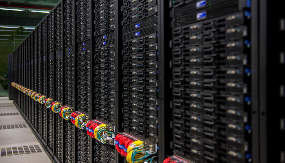 El supercomputador MareNostrum 4, des d'un dels passadissos.