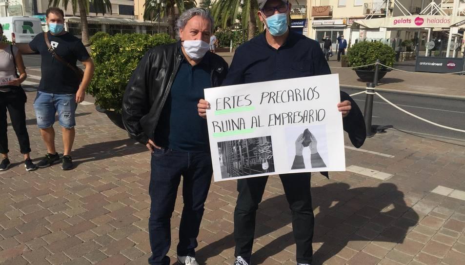 Dos participants de la protesta en Cambrils.