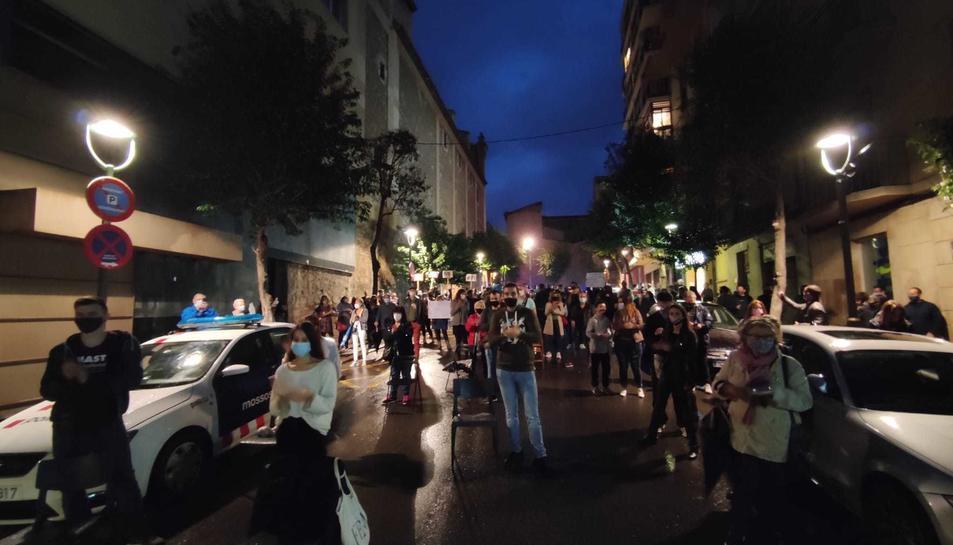 La concentració va reunir prop d'un centenar de persones davant la seu de la Delegació del Govern a Tarragona.