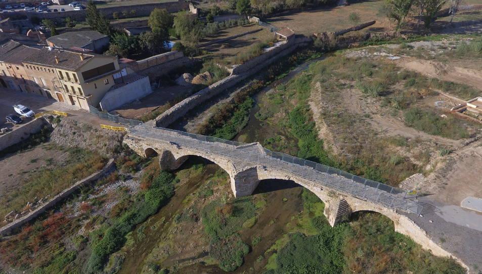 Imatge aèria del pont Vell de Montblanc, amb tanques provisionals, un any després de la riuada.