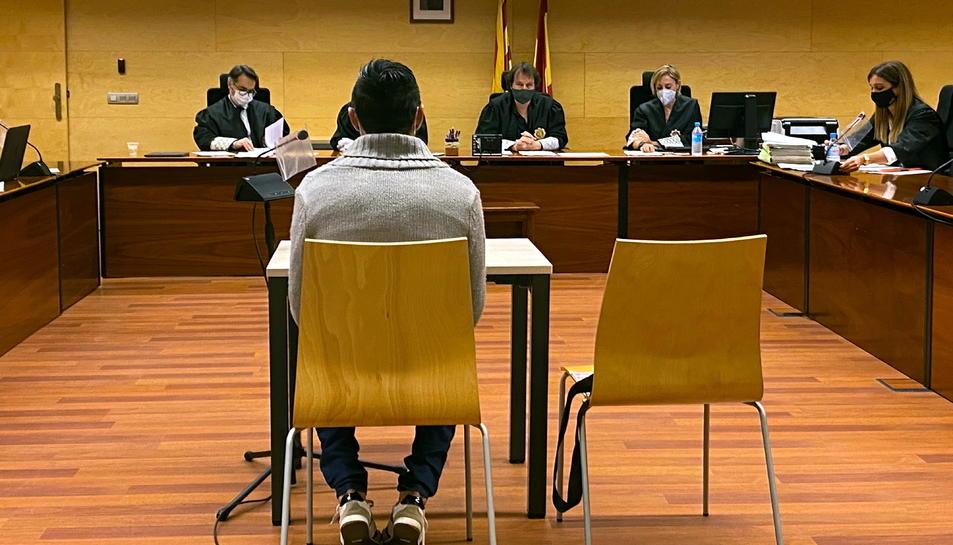 D'esquenes, l'acusat de violar i maltractar la parella a Vidreres.