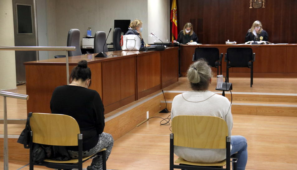 L'acusat d'abusar el seu fillastre a Lleida i l'acusada de no denunciar-ho tot i saber-ho, durant el judici a l'Audiència de Lleida.