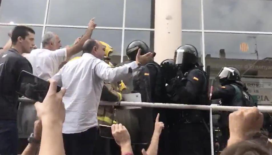 Imatge captura d'un vídeo de la intervenció policial a l'institut Quercus.