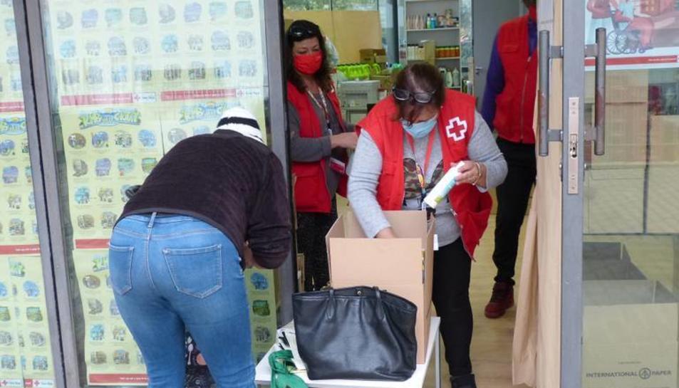 Una voluntària entregant aliments.