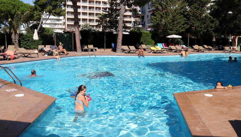 Turistes banyant-se a la piscina d'un hotel de Salou el mes passat de setembre.