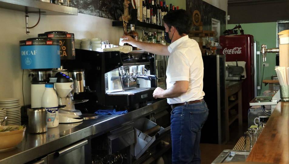 Imatge del propietari del restaurant de Sabadell fent un cafè.