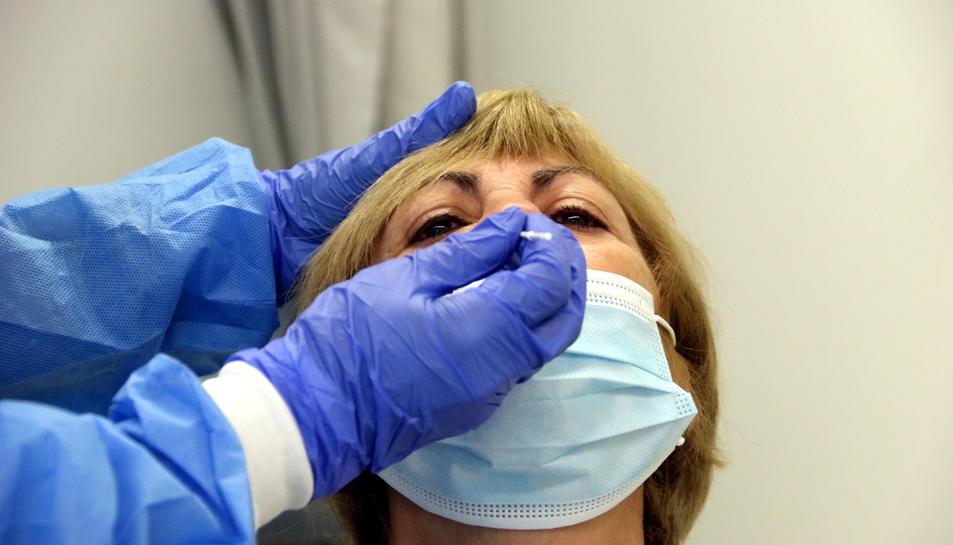 Imatge d'una dona fent-se el test ràpid d'antigens el 21 d'octubre de 2020.