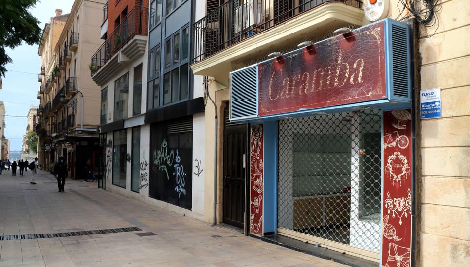 Un tram del carrer Sant Agustí de Tarragona on s'hi poden veure fins a tres locals comercials tancats