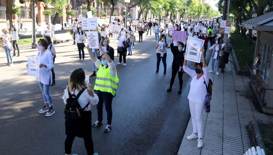 Concentració dels treballadors del sector de l'estètica que han fet a Tarragona.