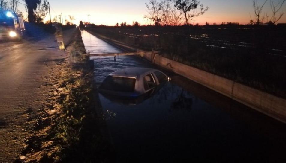 Imatge del vehicle caigut al canal