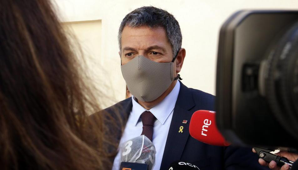Pla mitjà del conseller d'Interior, Miquel Sàmper, atenent els mitjans