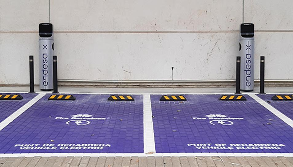 Imatge de dos punts de recàrrega de vehicles electrics
