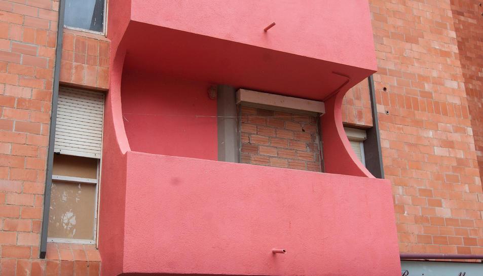 Una imatge d'arxiu d'un balcó d'un edifici amb portes i finestres  tapiades al barri Gaudí.