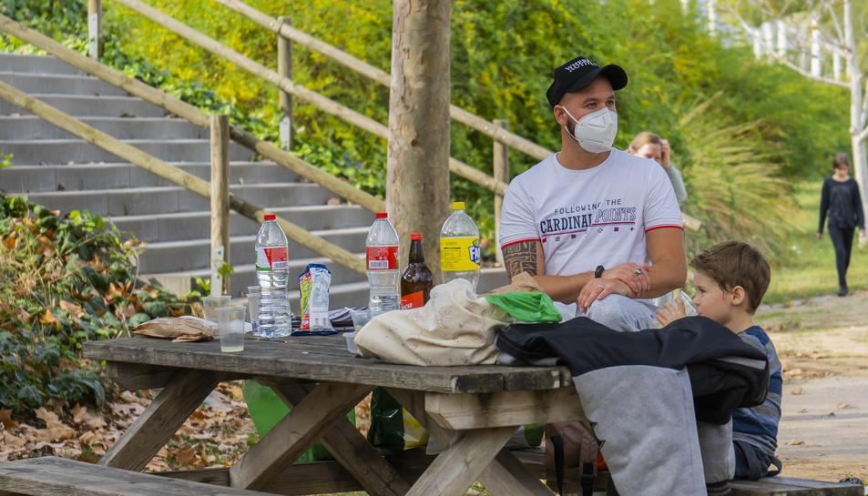 Part de la família de Yerai López, ahir al migdia a la zona de pícnic que hi ha al Parc del Francolí.