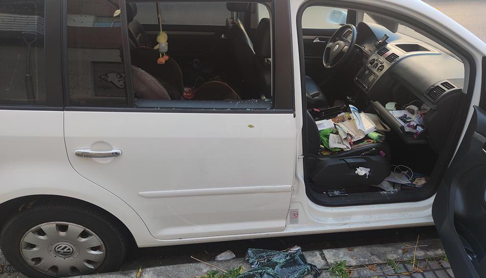 Vidre trencat i interior remogut del cotxe de Trinidad, que ha patit dos robatoris en sis mesos.