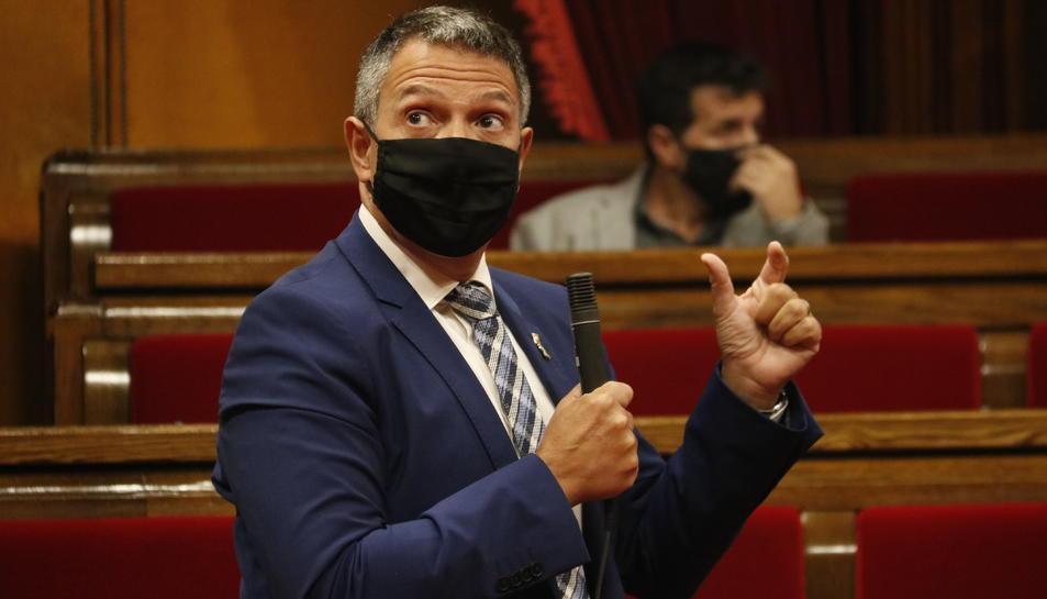 El conseller d'Interior, Miquel Sàmper, intervenint al ple del Parlament