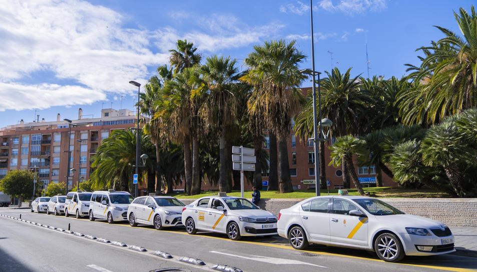 Parada de taxi situada en la proximitat de l'estació de ferrocarril de Tarragona.