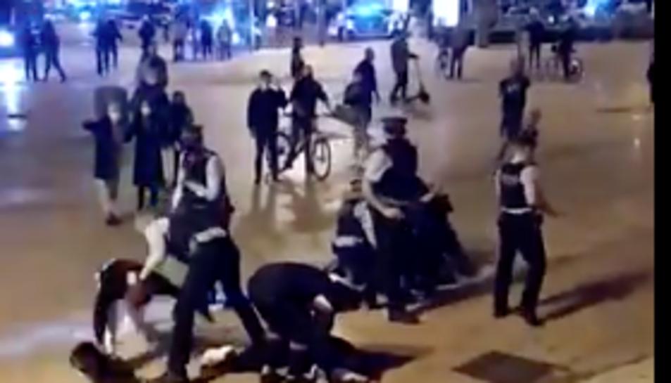 Captura de vídeo dels Mossos actuant contra els manifestants.