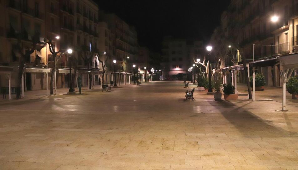 La plaça de la font de Tarragona, buida aquest diumenge poc després de les 10 de la nit.