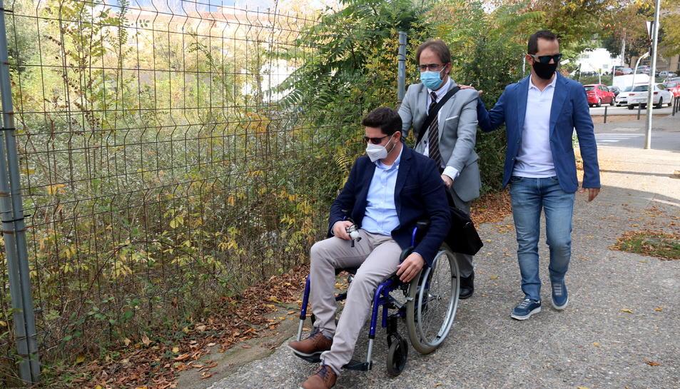L'Isaac Padrós, en cadira de rodes, en companyia del seu advocat Joan Benítez.