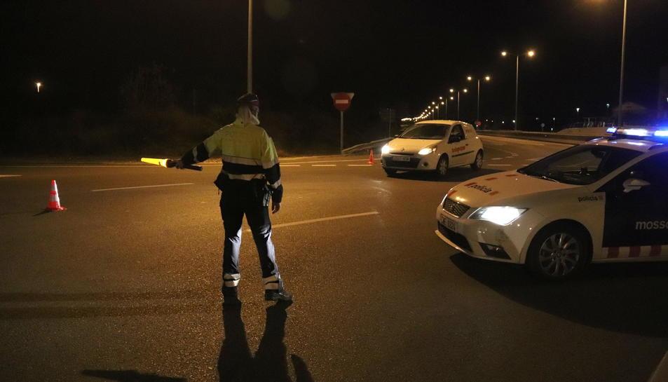 Control dels Mossos d'Esquadra a la T-11 a Tarragona, minuts després d'iniciar-se el toc de queda.