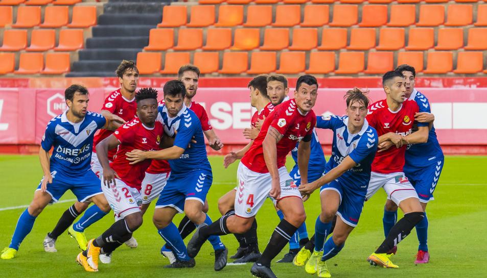 Thomas Amang, Jesús Rueda o Gerard Oliva es disposen a rematar una centrada en una acció a pilota aturada durant el partit d'ahir.