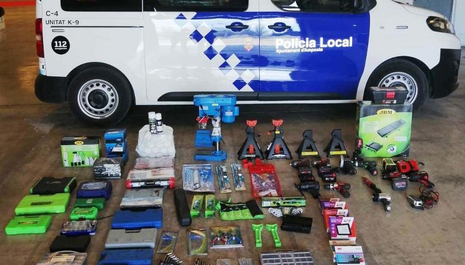 Els articles comprats fraudulentament recuperats per la policia local d'Amposta.
