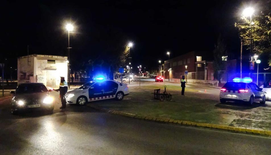 Imatge d'efectius dels Mossos d'Esquadra durant un dels controls en el marc de l'operatiu PONDUS als barris de Ponent de la ciutat.
