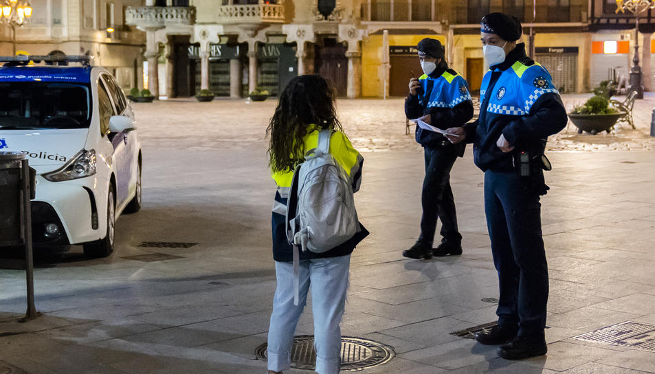 La policia ha vigilat aquesta nit que els carrers estiguessin buits.