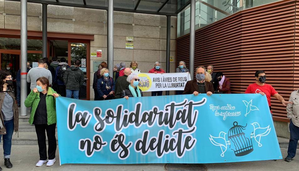 Una cinquantena de  persones han donar suport als independentistes que han estat citats a declarar.
