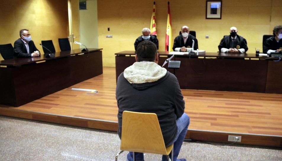 D'esquenes, el veí de Puigcerdà que ha reconegut que va abusar sexualment de la neboda.
