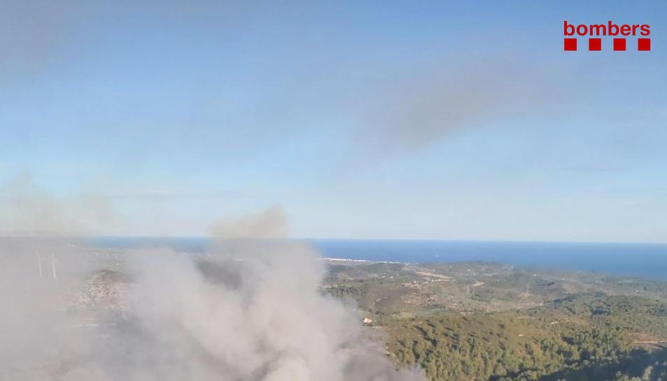Imatge aèria de l'incendi de vegetació.