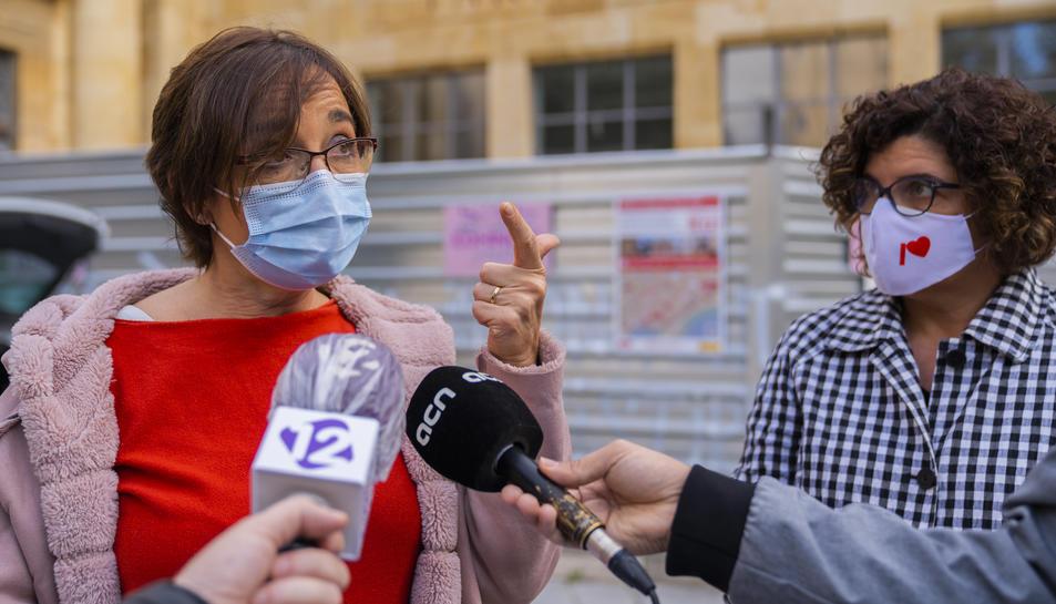 La regidora Floria i la diputada Ibarra, ahir davant la seu del MNAT a la plaça del Rei.