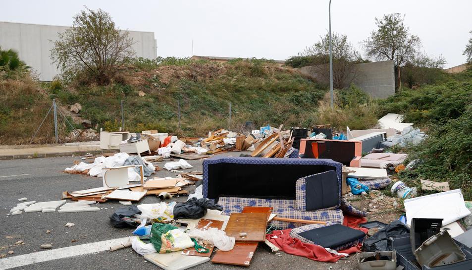 Una zona plena de deixalles i andròmines que ha esdevingut un petit abocador en un carrer sense sortida al polígon de Valls.