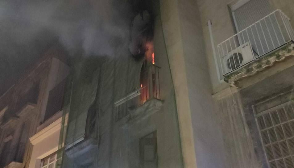 Imatge de l'incendi que va afectar un segon pis al carrer Vallroquetes.