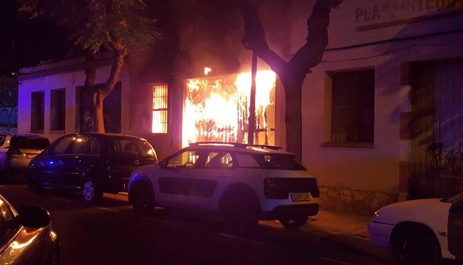 Imatge del foc que va cremar una nau abandonada al carrer Josep M. Prous i Vila.