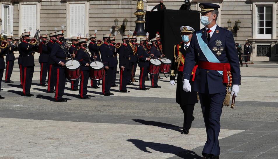 Pla general del rei Felip VI passant revista a les unitats militars reunides al pati d'armes del Palau Reial.