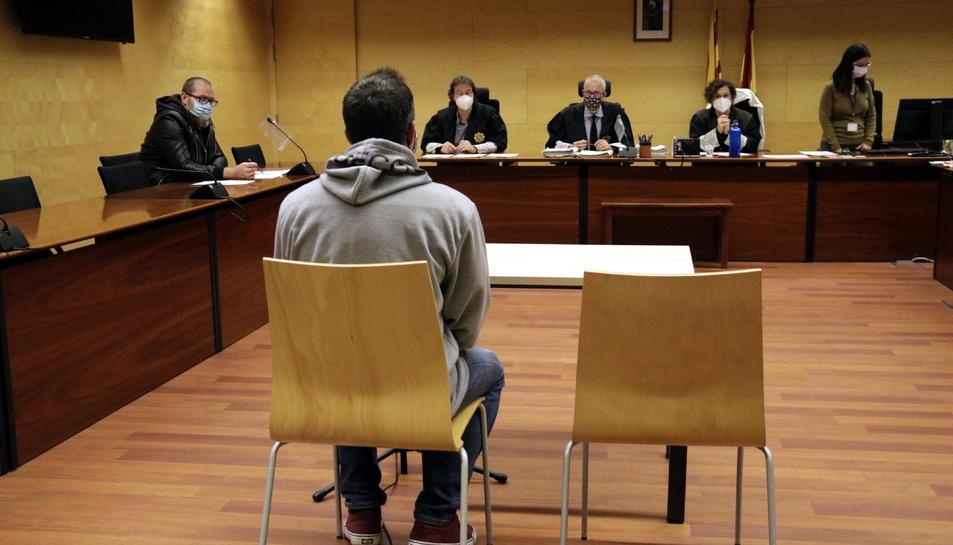 D'esquenes, el condemnat durant el judici.