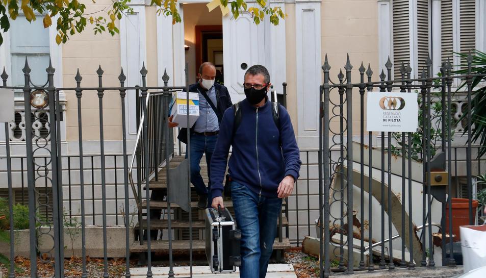 Diversos agents de la Guàrdia Civil abandonen la Plataforma Proseleccions Esportives Catalanes després d'escorcollar-la.